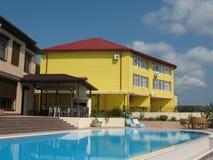 Pátio de um hotel de recurso com piscina Imagem de Stock Royalty Free