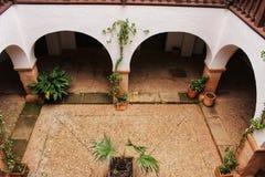 Pátio de uma casa espanhola típica no la Mancha de Castilla, Espanha fotografia de stock