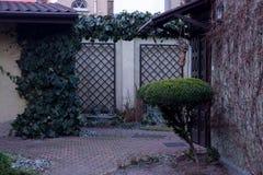 Pátio de uma casa europeia para 2 famílias fotos de stock royalty free