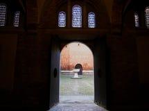 Pátio dentro da basílica de Santo Stefano, sete igrejas na Bolonha, Itália imagens de stock
