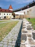 Pátio do castelo de Kezmarok, Eslováquia foto de stock
