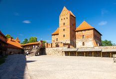 Pátio do castelo gótico medieval da ilha de Trakai, Lituânia foto de stock