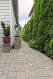 Pátio do jardim e trajeto Hardscape do tijolo Fotos de Stock Royalty Free