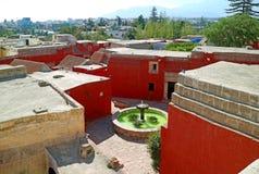Pátio do monastério e arquitetura da cidade da opinião de Arequipa do terraço do telhado de Santa Catalina Monastery, Arequipa, P imagens de stock royalty free