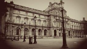 Pátio do museu no Sepia, Paris do Louvre, França imagens de stock royalty free
