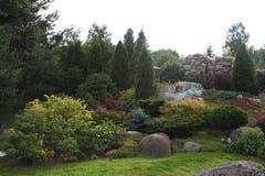 Pátio do Paver do quintal com a lagoa no jardim Vista geral ajardinando do pátio do Paver do quintal Fotografia de Stock Royalty Free