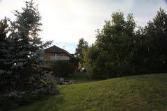 Pátio do Paver do quintal com a lagoa no jardim Vista geral ajardinando do pátio do Paver do quintal Fotografia de Stock