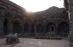 Pátio do templo de Krushnai, Mahabaleshwar, Maharashtra, Índia fotos de stock royalty free