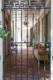 Pátio do tijolo além da porta preta do ferro Fotos de Stock