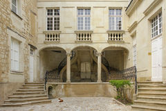 Pátio e escadas Chinon france imagem de stock