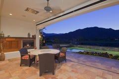 Pátio e piscina da casa moderna imagem de stock royalty free