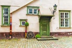 Pátio em Riga velho, Letónia foto de stock royalty free