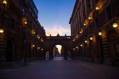 Pátio entre o arche da casa Riksdag do parlamento, Éstocolmo, imagem de stock