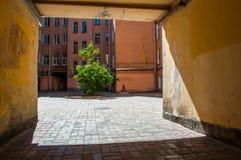 Pátio estreito em casas residenciais de St Petersburg Foto de Stock