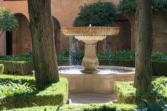 Pátio exterior Alhambra Islamic Royal Palace, Granada, Espanha Século XVI foto de stock royalty free