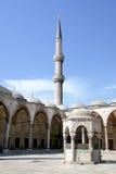 Pátio, fonte e minarete Fotos de Stock Royalty Free