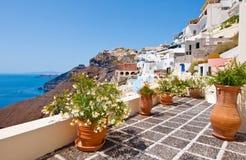 Pátio idílico com as flores na cidade de Fira na ilha de Thera (Santorini), Grécia imagens de stock