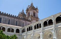 Pátio interno do jardim do monastério de St Mary de Alcobaca, em Portugal central Local do patrimônio mundial do UNESCO desde 198 Fotos de Stock