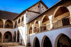 Pátio interno do Timios Stavros Monastery no villag de Omodos fotos de stock royalty free
