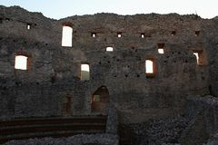Pátio interno gótico adiantado com as sobras de construções residental no castelo Topolcany, Eslováquia imagens de stock royalty free