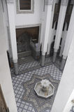 Pátio marroquino com fonte Fotos de Stock