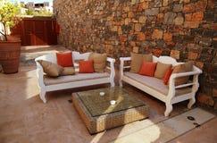Pátio mediterrâneo com mobília ao ar livre branca Foto de Stock