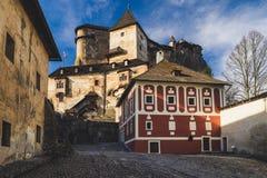 Pátio no castelo de Orava, Eslováquia fotos de stock
