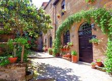 Pátio Tuscan da luz solar em uma cidade Tuscan do monte imagens de stock