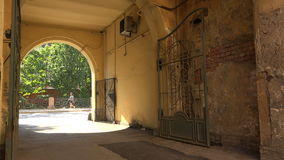 Pátio velho com o arco em St Petersburg 4K video estoque