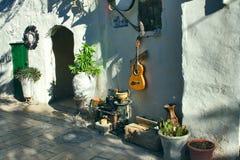 Pátio velho decorado com uma variedade de mobílias para a casa e h Imagens de Stock