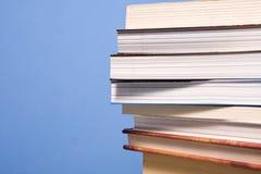 Pâlissez des livres sur le mur bleu Photographie stock