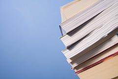 Pâlissez des livres sur le mur bleu Photos stock