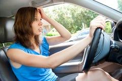 Pânico fêmea do motorista em um carro imagens de stock