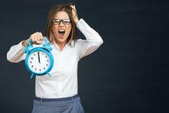 Pânico no tempo do fim do prazo no negócio Por emocional da mulher de negócio imagens de stock