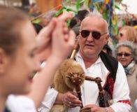 Pâques à Prague : Les gens dans des costumes tchèques traditionnels jouent des cornemuses et enseignent à des touristes comment d Photos libres de droits