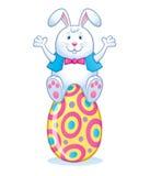 Pâques Bunny Sitting On Easter Egg Photographie stock libre de droits