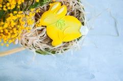 Pâques décorée Bunny Cookie dans un saule de panier vert sur un petit morceau Photo libre de droits