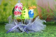 Pâques dans un panier avec des oeufs Photographie stock libre de droits