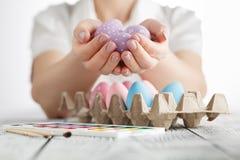 Pâques, des vacances, tradition et concept de personnes - fermez-vous du wom photos libres de droits