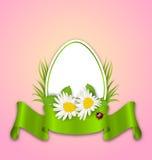 Pâques empaquettent l'oeuf avec des fleurs marguerite, herbe, papillon et ruban Photographie stock libre de droits