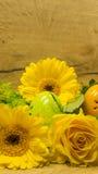 Pâques - fleurs avec des oeufs de pâques Photographie stock