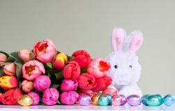 Pâques : fleurs, lapin et oeufs Photographie stock