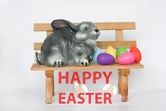 Pâques Lapin de Pâques sur un banc parmi photos libres de droits