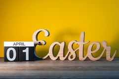 Pâques 2018 Les lettres découpées en bois s'approchent du calendrier du 1er avril Décoration de fête Joyeuses Pâques Jour 1 de mo Images stock