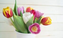Pâques Les oeufs et les tulipes de pâques roses se trouvent sur un fond en bois Configuration plate Photo stock