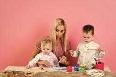 Pâques, mère et enfants dans des oreilles de lapin Photo libre de droits