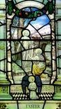 Pâques : Mary Magdalene avant Jesus Christ levé en verre souillé Photographie stock