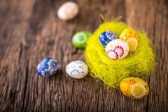 Pâques Oeufs de pâques fabriqués à la main sur la vieille table en bois Photo libre de droits