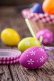 Pâques Oeufs de pâques multicolores dans un panier sur une table en bois Photos libres de droits