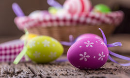 Pâques Oeufs de pâques multicolores dans un panier sur une table en bois Photo libre de droits